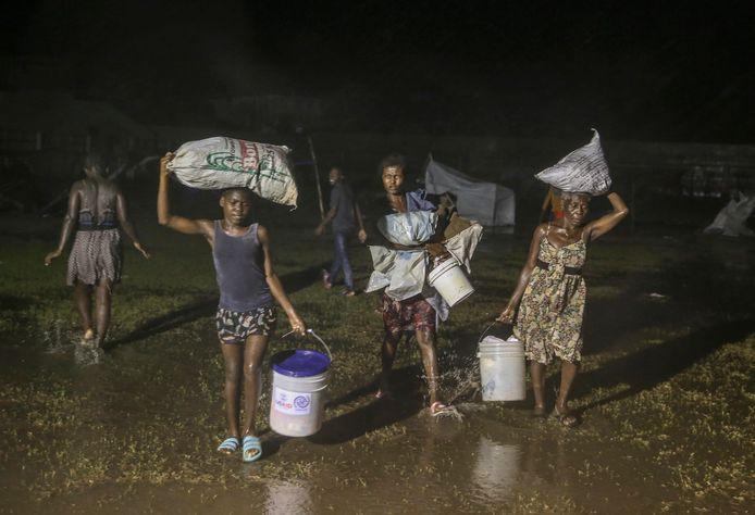 Tropische storm Grace zorgde voor hevige regenbuien boven een vluchtelingenkamp in Les Cajes waar Haïtianen getroffen door de zware aardbeving van dit weekend opgevangen worden.