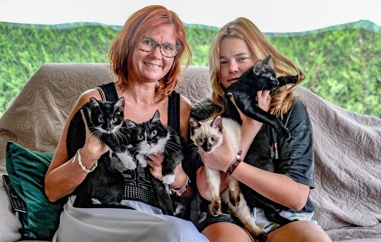 Ines Vanheuverbeke met dochter Chanel en de vier katten.