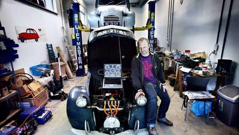 Ruben Stern in zijn werkplaats in Amsterdam: 'De regels voor elektrische auto's zijn streng. De pacemaker van een hartpatiënt mag niet op hol slaan als je langsrijdt.' Beeld Jean-Pierre Jans