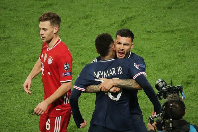 Neymar en Paredes schreeuwen het uit terwijl Kimmich passeert.