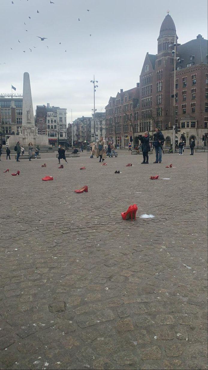 De schoenen werden zaterdagmiddag op de Dam neergelegd.