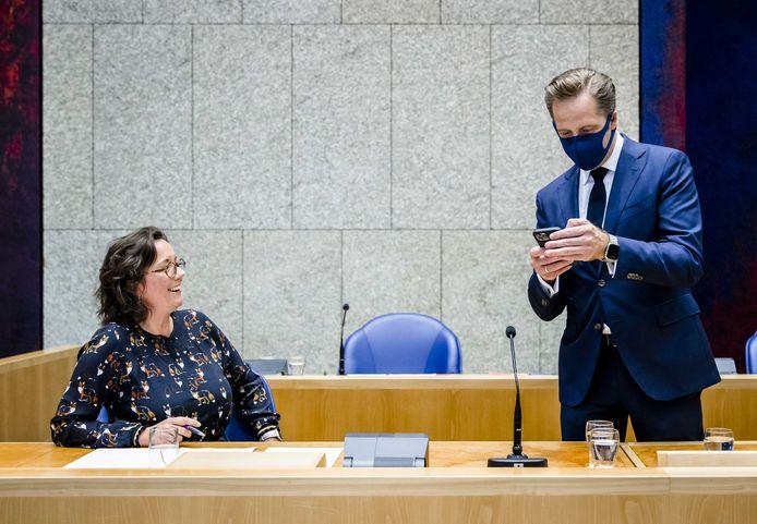 Tamara van Ark, demissionair minister voor Medische Zorg, en Hugo de Jonge, demissionair minister van Volksgezondheid, in de Tweede Kamer.