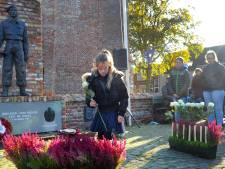 Scholieren leggen bloemen voor gesneuvelde militairen en burgers in Serooskerke