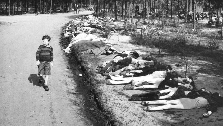 De foto van Sieg Maandag in Bergen-Belsen Beeld NIOD/George Rodger