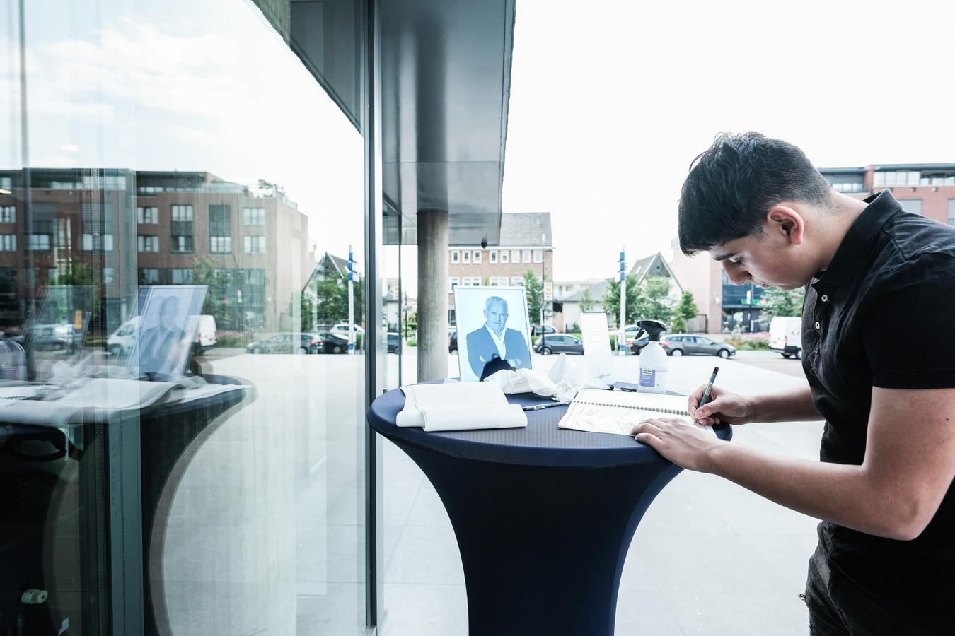 Ashkan Souri (17) tekent het condoleance register voor Peter R. de Vries op het bordes van het stadhuis in Doetinchem.