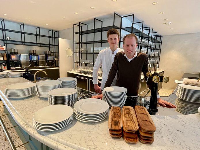 Thijs (rechts) opent een bistro, Jordy staat in de keuken.