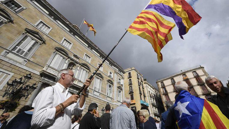 Duizenden mensen verzamelden zich donderdag buiten het paleis van het Catalaanse regiobestuur in Barcelona om hun steun uit te spreken voor de afgezette functionarissen. Beeld afp