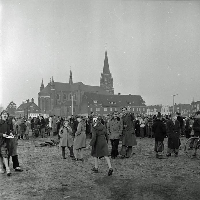 Een massa mensen heeft zich verzameld bij de Antonius van Paduakerk, beter bekend als de Fellenoordkerk aan de Boschdijk.