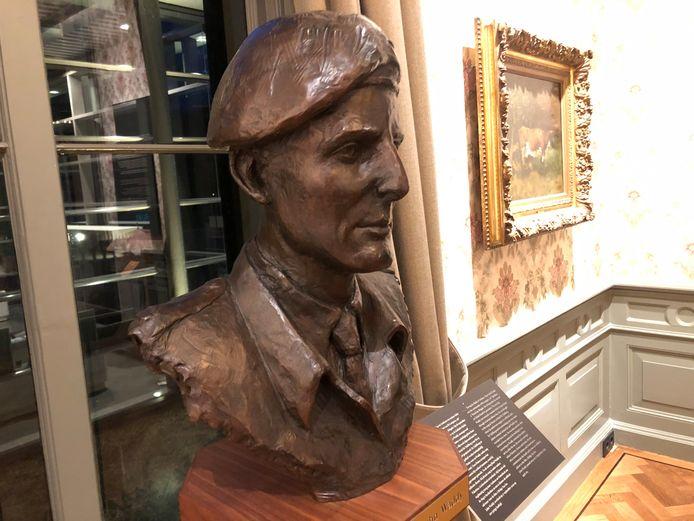 De buste van John Waddy in Airborne Museum Hartenstein in Oosterbeek.
