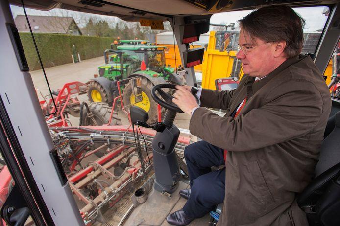 Commissaris van de Koning Wim van de Donk, woensdagmorgen op een machine tijdens de rondleiding bij agrarisch loonbedrijf Van Eijck in Alphen.