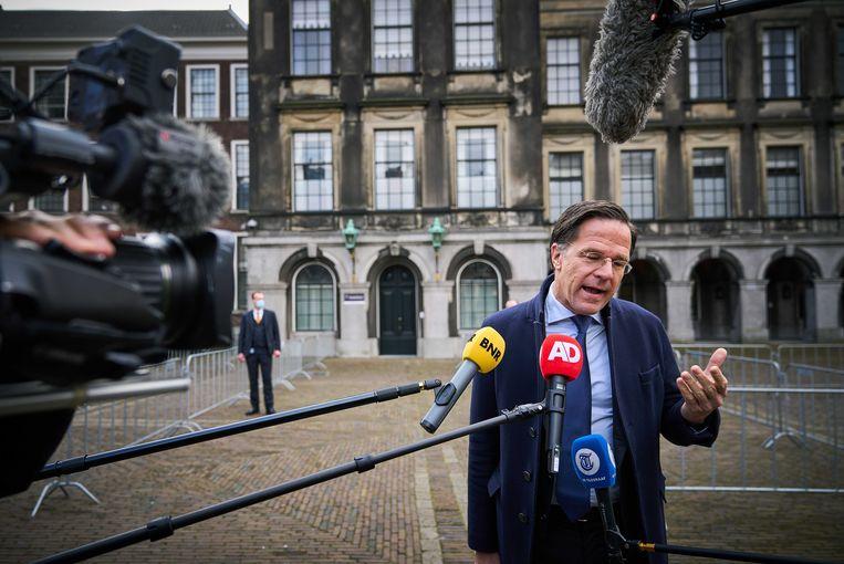 Mark Rutte spreekt de pers toe over zijn poging om een nieuwe regering te vormen.  Beeld EPA