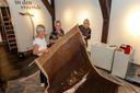 De conservatoren Stephanie Rompa en Teatske de Jong met kunstenares Anke Land tijdens het inrichten van de expositie 'in den vreemde' in Stadsmuseum Woerden.