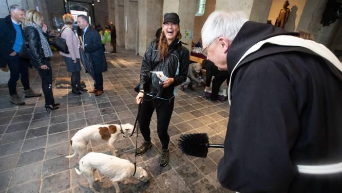 Truienaren laten dieren zegenen door pater Frans