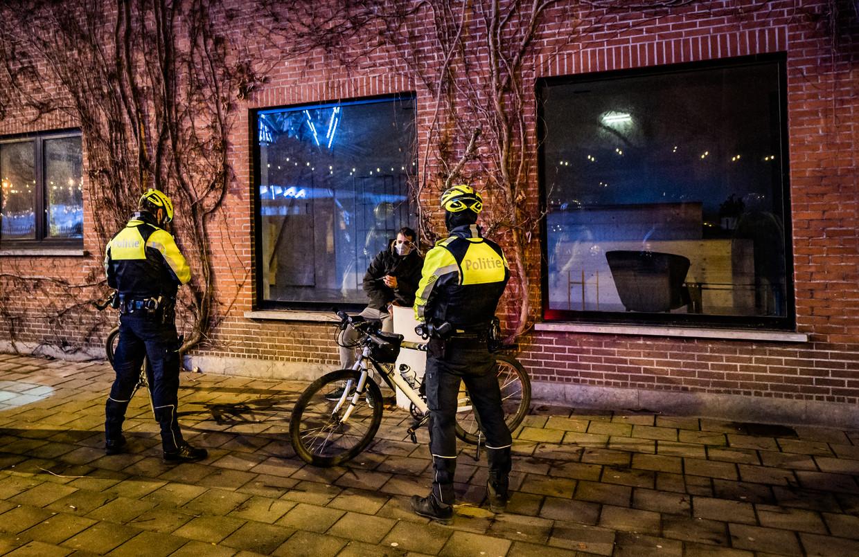 Een Antwerpse coronapatrouille. Controles op het naleven van de avondklok zijn al een tijdje vast prik. Beeld Joel Hoylaerts/Photo News