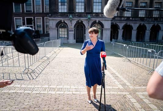 Fractieleider Lilianne Ploumen (PvdA) staat de pers te woord na een gesprek met informateur Mariette Hamer. De formatie zit volgens betrokkenen in een complexe fase.