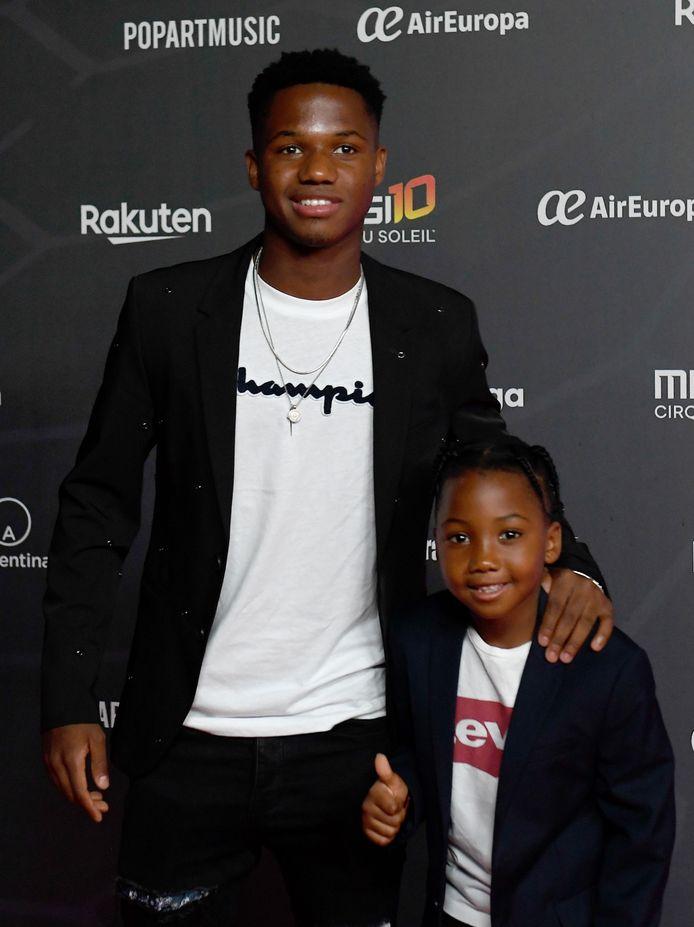 FC Barcelona-aanvaller Ansu Fati (16) met zijn broertje Miguel.