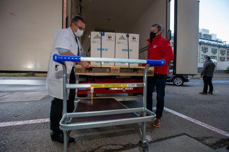 De eerste coronavaccins arriveerden zaterdagochtend in het UZ Leuven. Beeld BELGA