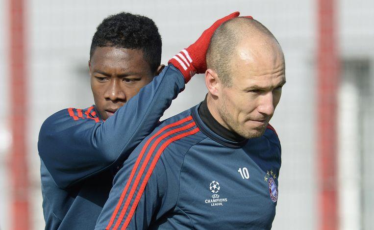 David Alaba (l) met Arjen Robben op de training van Bayern, voorafgaand aan het Champions League-duel met Arsenal. Beeld afp
