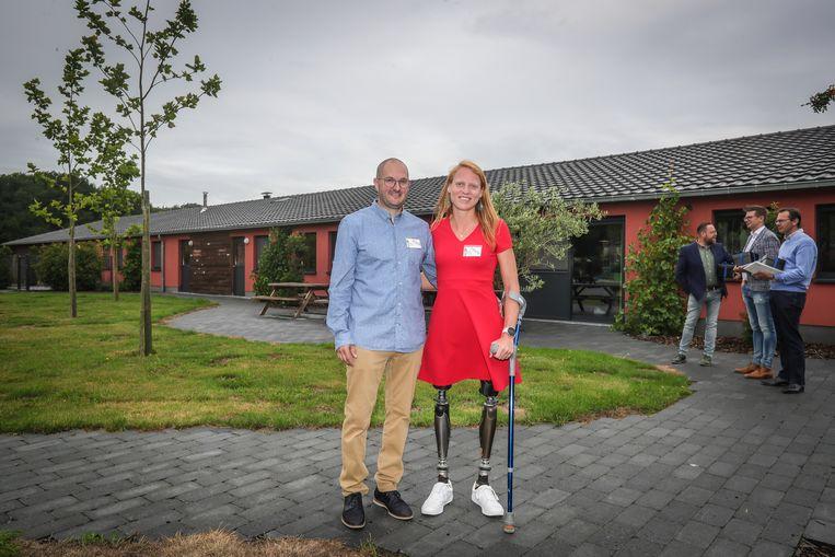 Hannelore Vens heeft twee beenprothesen en liep in 2017 nog de Machu Picchu op samen met Koen Wauters. Hier op de foto staat ze samen met Kim Janssens, haar lief.