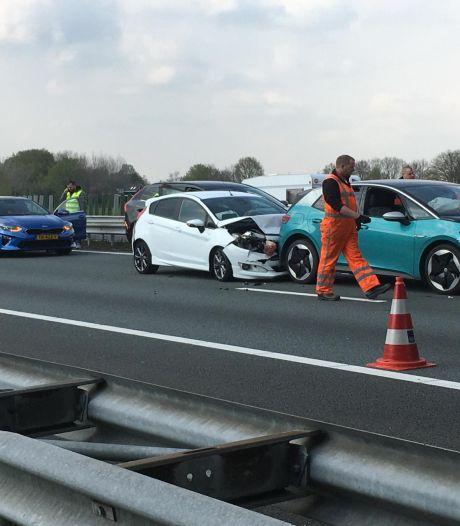 Kettingbotsing met zeven auto's op de A2 bij Leende: één gewonde naar ziekenhuis gebracht