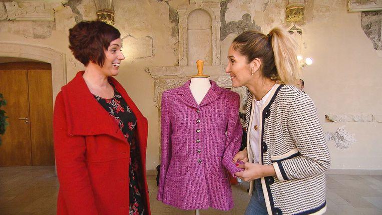 Tiany Kiriloff inspecteert een vestje van Chanel..