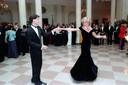 Prinses Diana en John Travolta dansen in het Witte Huis, op 9 november 1985