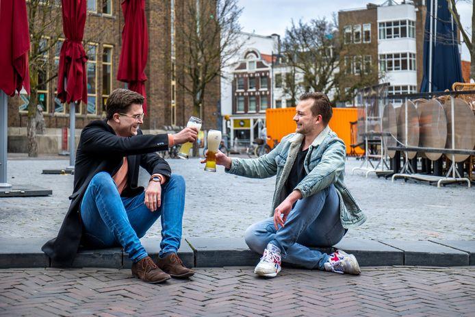 Frank Heimweg en Steyn Merkus op dezelfde plek waar ze vorig jaar op het terras een biertje dronken op de dag dat de terrassen weer opengingen na de lockdown.
