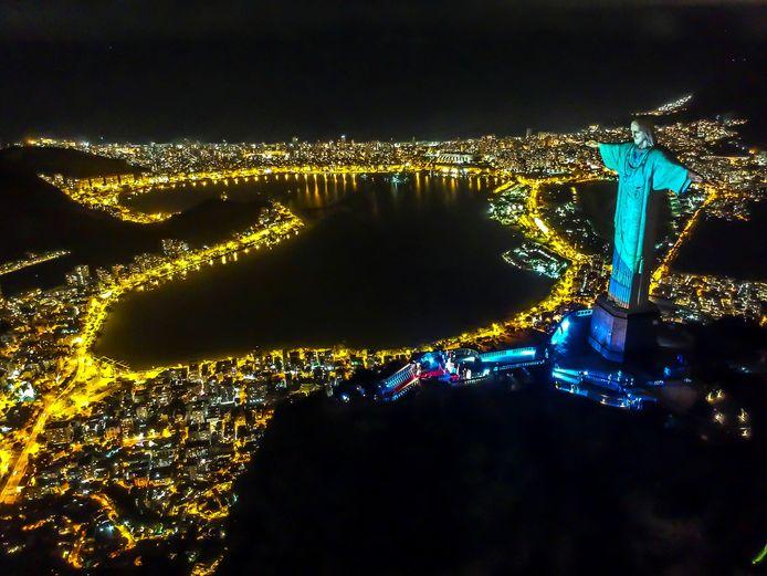 Illustration la statue dominant Rio de Janeiro depuis la colline du Corcovado.