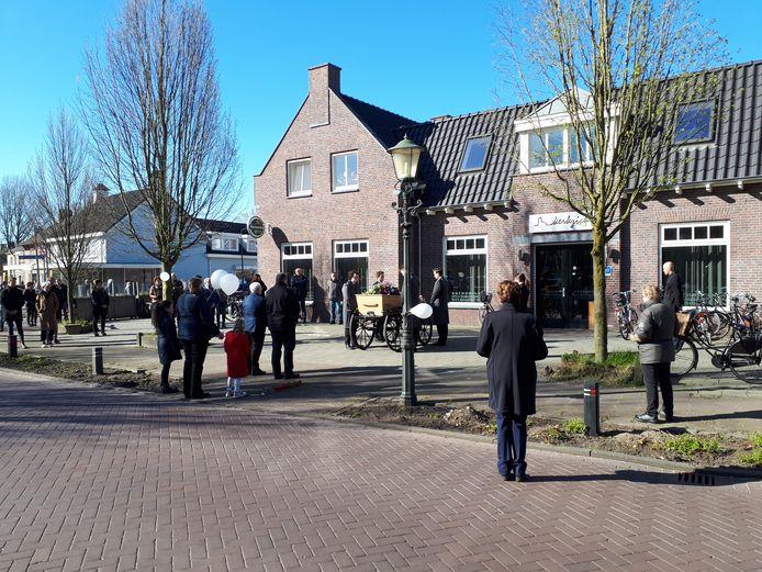 De stoet houdt even stil voor de ingang van café Kerkzicht.