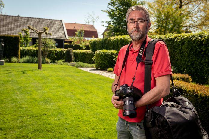 Fotograaf Freddy Schinkel in de - door het uitvallen van de zaterdagse sportfotografie - keurig gemaaide tuin van zijn woning in IJsselmuiden.