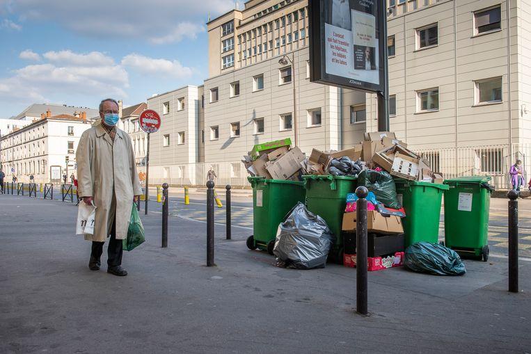 Opgehoopte vuilnis in het 15e arrondissment van Parijs. De verrommeling van de stad is sommige inwoners een doorn in het oog.  Beeld Steven Wassenaar