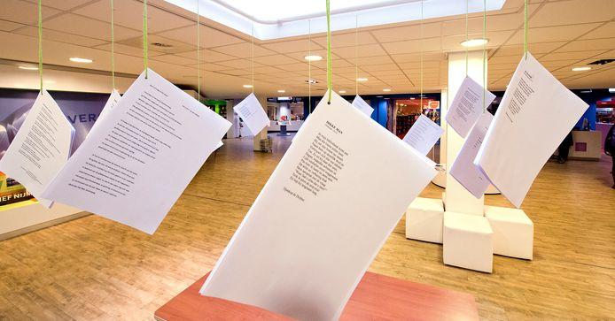 Een waslijn met werk van Nijmeegse dichters in de bibliotheek aan de Mariënburg in Nijmegen. Bezoekers van de bibliotheek mogen ze eraf halen en meenemen.