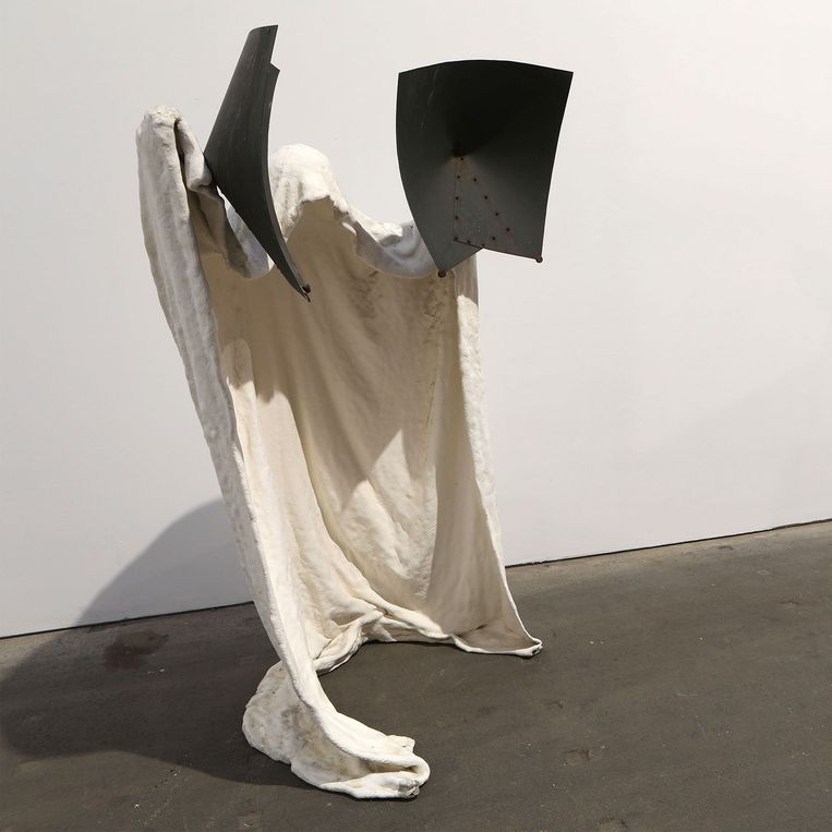 Een van de 'ghost sculptures' van Albert Szukalski. Beeld RV Verbeke Foundation