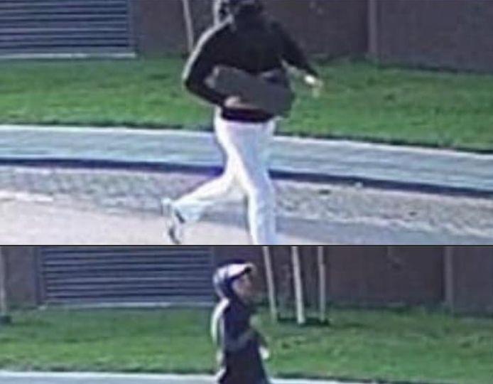 De vluchtende overvallers van de Jumbo aan de Fenikshof in Nijmegen op camerabeeld dat is vrijgegeven door de politie.