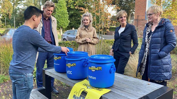 Tweede Kamerlid Hanneke van der Werf met de burgemeesters Bronsvoort (Oost Gelre), Besselink (Bronsvoort) en Stapelkamp (Aalten) bij geurcontainers, zoals woensdag in Borculo op de markt te zien zullen zijn.