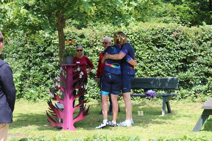 Bij de herdenkingsboom op de Sjaasberg - voor sommige fietsers het eindpunt, voor anderen het keerpunt - speelden zich emotionele taferelen af.