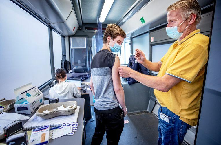 Vaccineren bij een vaccinatiebus in Zaandam.  Beeld Raymond Rutting / de Volkskrant