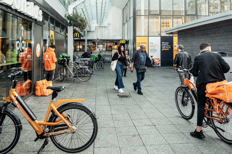 Fietskoeriers bij winkelcentrum Boven 't Y. Beeld Jakob van Vliet
