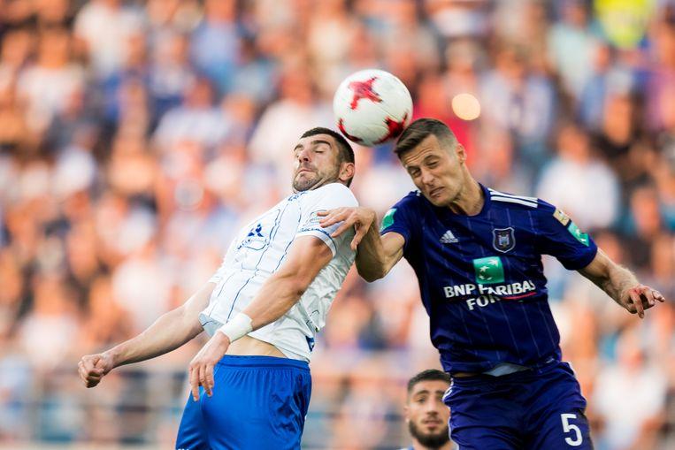 Stefan Mitrovic (AA Gent) en Uros Spajic (Anderlecht) in duel in de topper die eindigde zoals hij begon: 0-0. Beeld BELGA