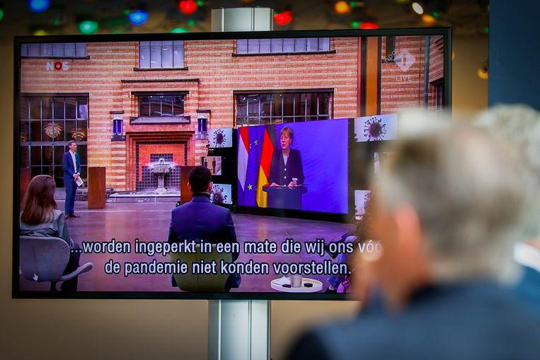 Bondskanselier Angela Merkel hield woensdag haar 5 meilezing in Berlijn. In het Kunstmuseum in Den Haag was haar toespraak via schermen te volgen.  Beeld Hollandse Hoogte /  ANP