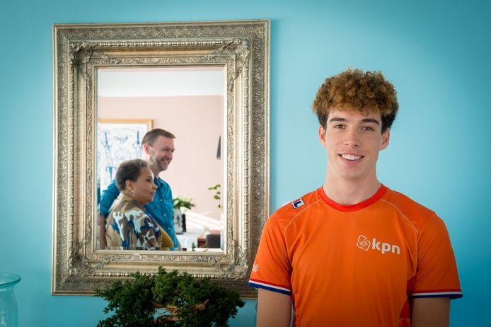 Olympisch debutant Dylan Hoogerwerf met op de achtergrond in de spiegel zijn ouders Henna en Wilfried.
