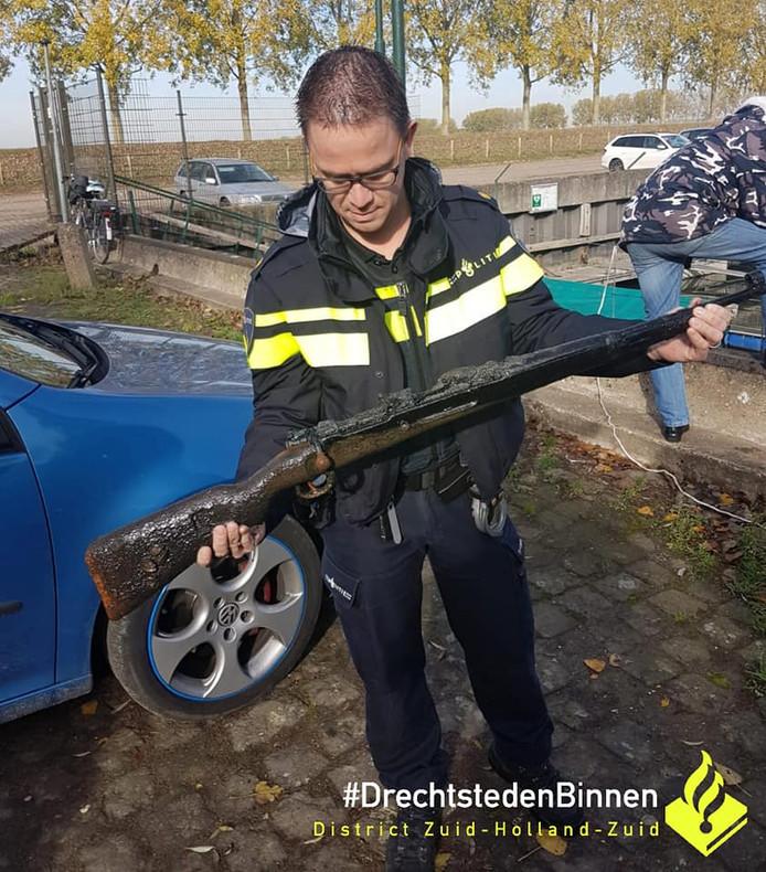Bij het magneetvissen in Dordrecht kwamen geweren uit de Tweede Wereldoorlog naar boven.