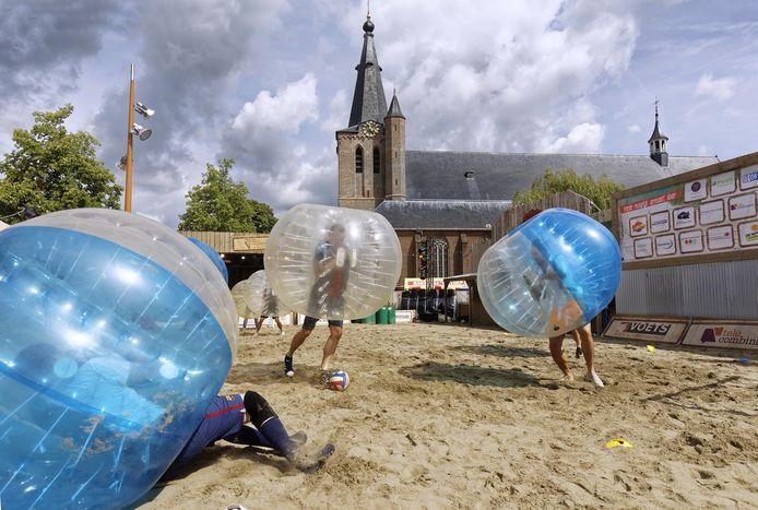 Bubbelvoetbal tijdens Schijndel aan zee in 2017.