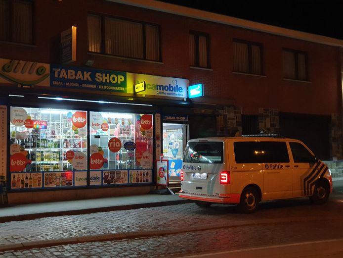 De nachtwinkel werd overvallen door drie gemaskerde mannen. Een van hen was gewapend met een machete.
