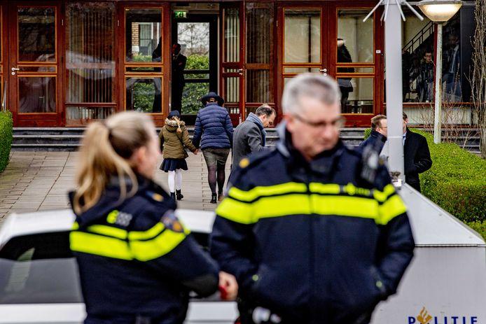 De politie houdt de Mieraskerk, met name tijdens diensten, nauwlettend in de gaten.