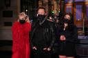 Musk tijdens het tv-programma geflankeerd door Miley Cyrus (links) en Cecily Strong van Saturday Night Live.