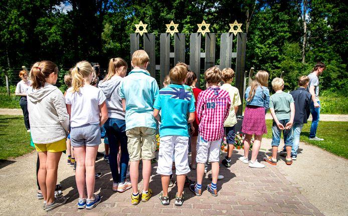 Kinderen tijdens de herdenking van de kindertransporten van juni 1943 in Kamp Vught.