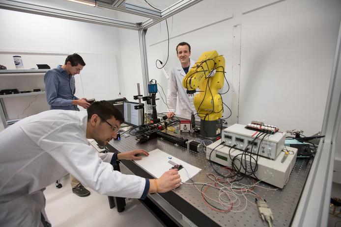 Joost Verberk (r) in een laboratorium van Effect Photonics. Archieffoto