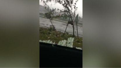 Vrouw zit vast in auto terwijl tornado voorbij raast