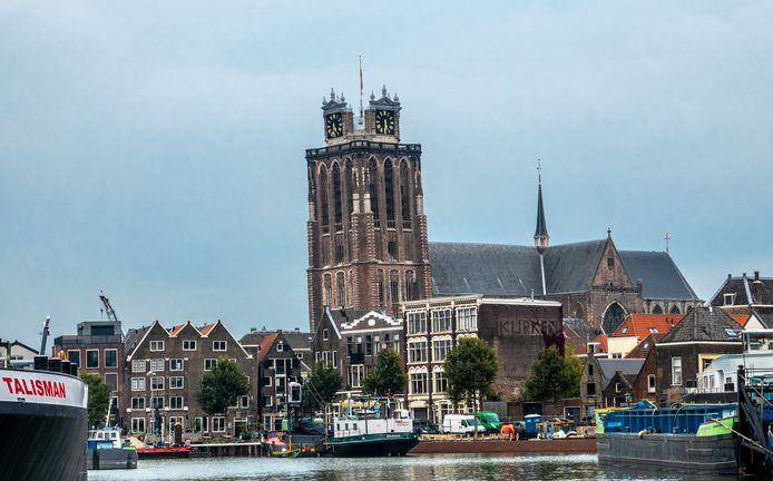 De Grote Kerk of Dordtse Dom in Dordrecht, gezien vanaf De Draai over de Binnnen Kalkhaven.